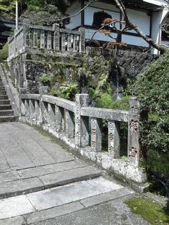 最乗寺本殿に至る階段下の水の流れ